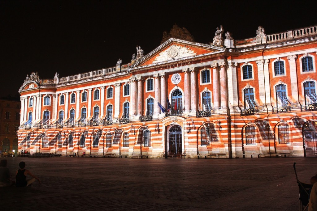 Le capitole illumin a way of travel for Toulouse chypre