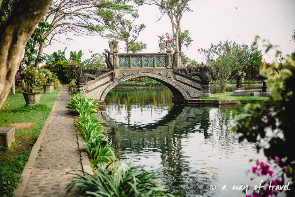 Tirtagangga water palace visit bali indonesia pont bridge