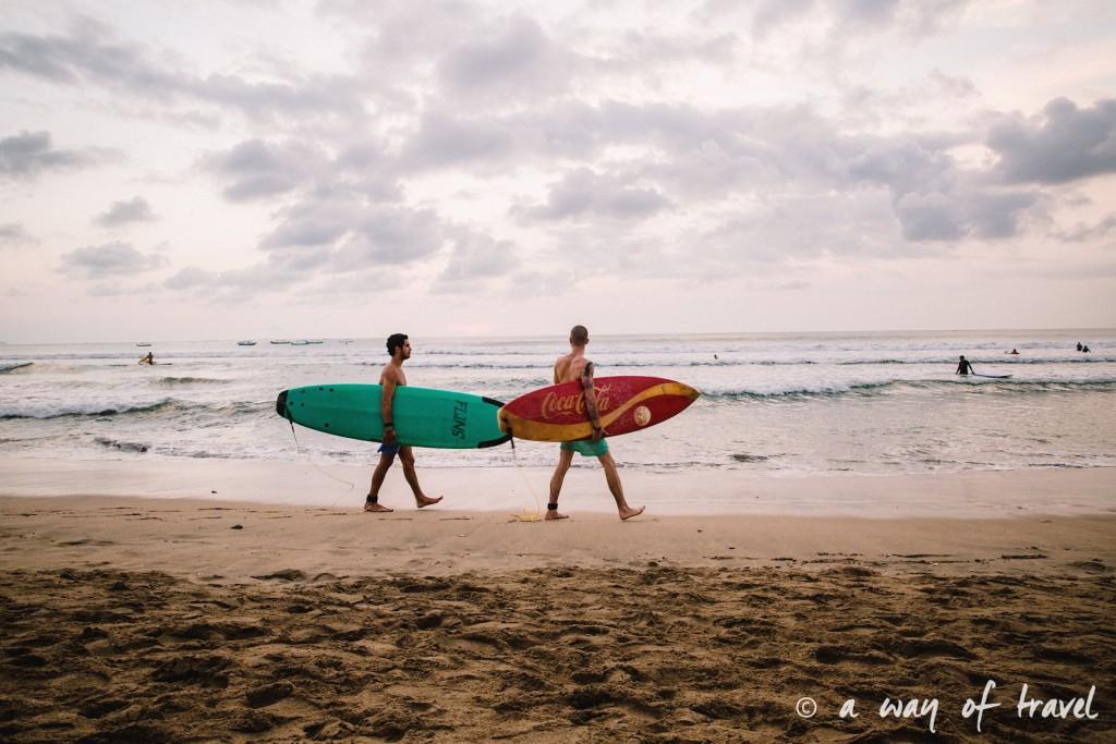 surfeur bali indonesie visiter luta coucher soleil 16